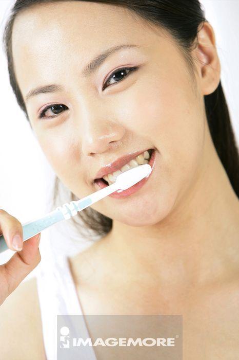 一位小姐在刷牙