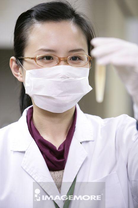 一位护理人员在观察样品
