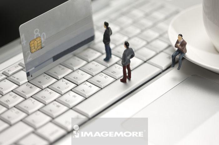 计算机键盘,信用卡,小雕像