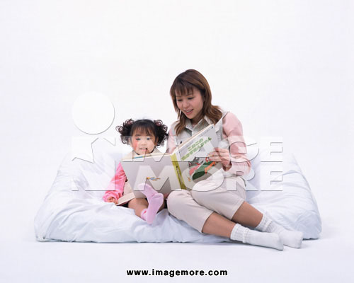 妈妈陪宝宝看书简笔画