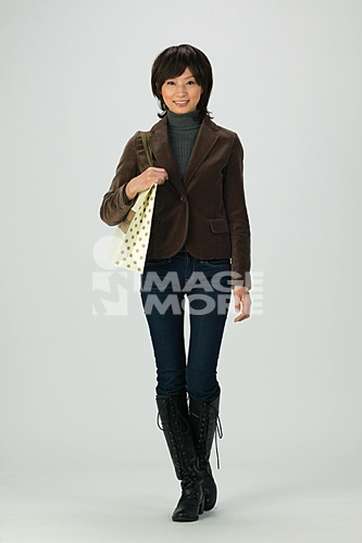 young woman shopping高清合法正版商业图片