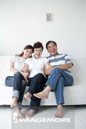 独生女家庭,全家福,20-24岁,60-64岁,女性,老年夫妻,男性,依偎,白背景