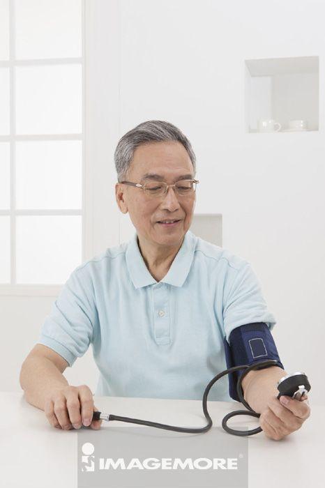 老年男人,量血压