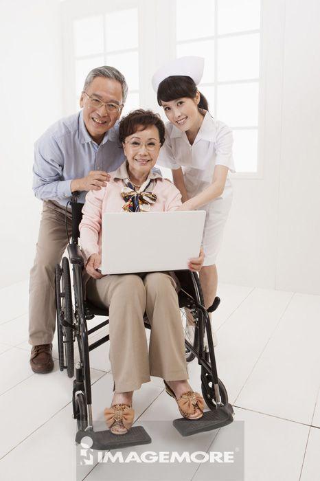 女护士,照顾,老年夫妻