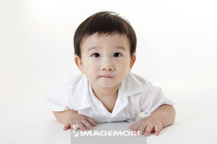中国人,一个人,短发,侧面,横图,趴躺,往上看,脸部表情,特写,婴儿,男