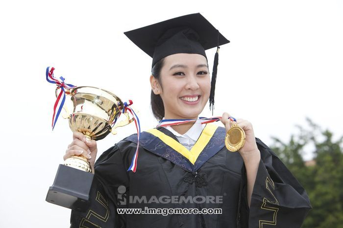 年轻大学生在校园里的毕业典礼,