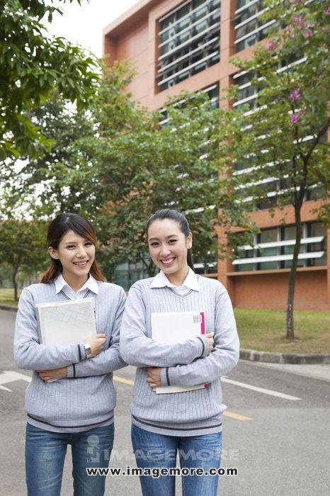 年轻女大学生在校园里漫步
