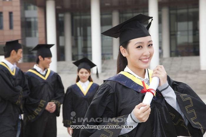 年轻大学生的校园毕业典礼