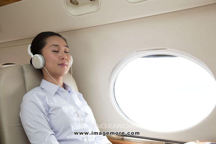 商务女士在飞机上