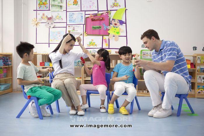 中国,北京,背景墙,卡通画,女老师,老师,外教,男外教,幼儿园,教室,板凳