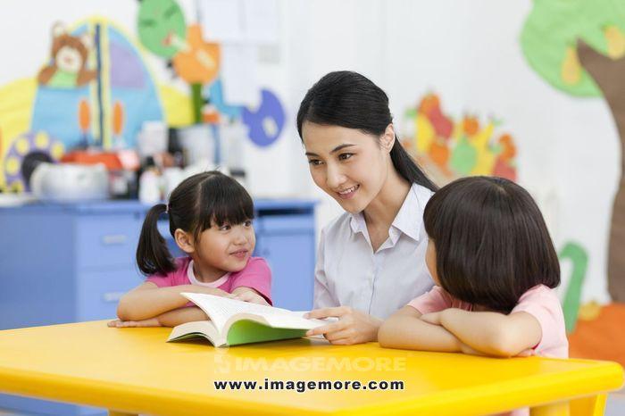 中国,北京,背景墙,卡通画,女老师,教师,教育,学前教育,幼儿园,教室