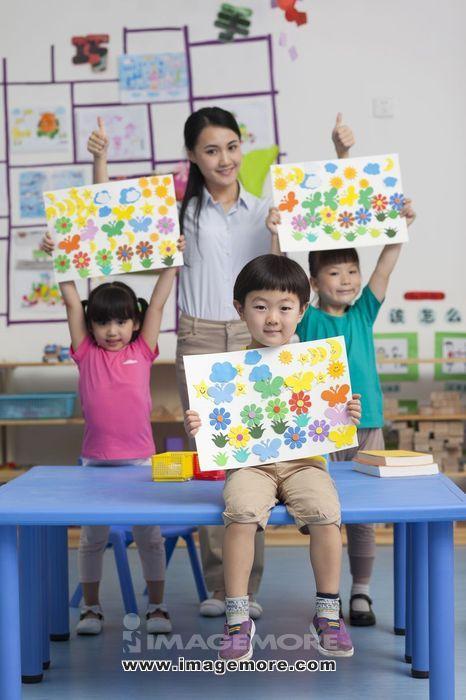 女老师和小朋友一起画画