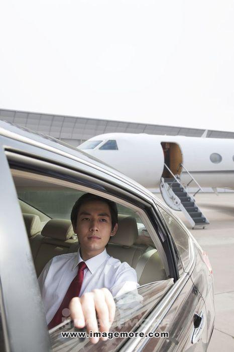 商务男士坐轿车抵达机场