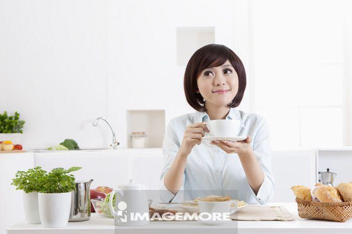 女性,家中厨房,