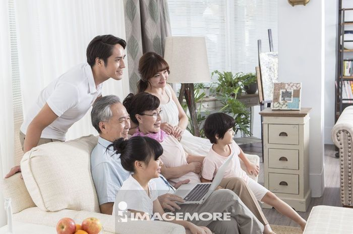 三代同堂,看电视,