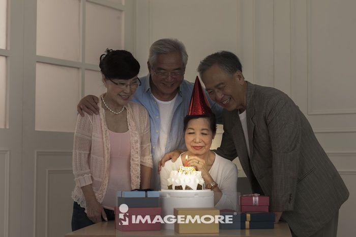 老年男人,老年女人,生日,许愿,