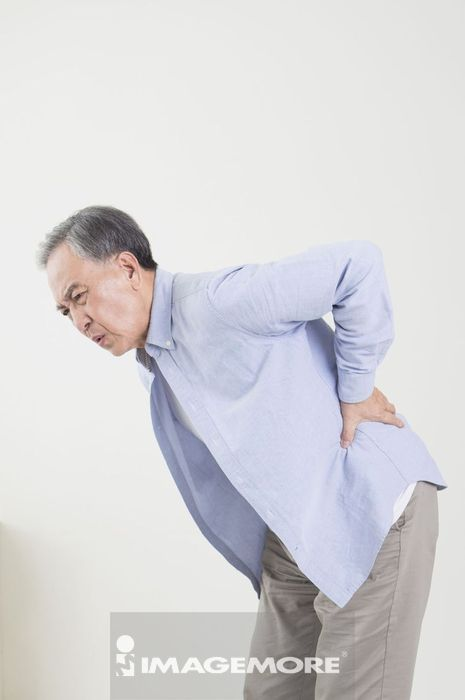 老年男人,腰痠背痛,闪到腰,