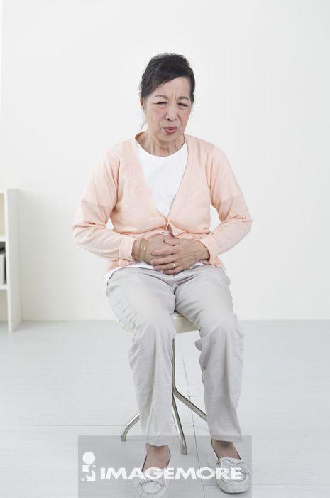 老年女人,肚子痛,