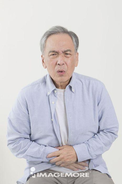 老年男人,肚子痛,