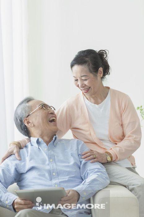 老年夫妻,平板电脑,