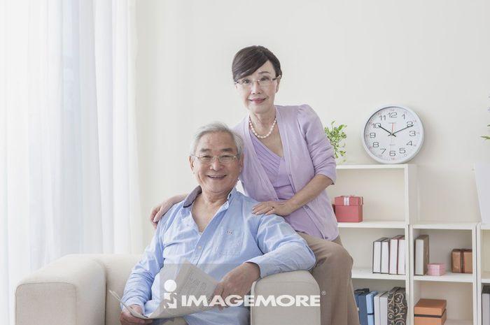 老年夫妻,阅读,报纸,