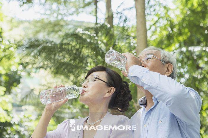 老年夫妻,早晨,饮用水,