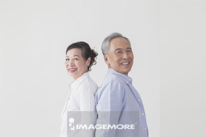 老年夫妻,背对背,