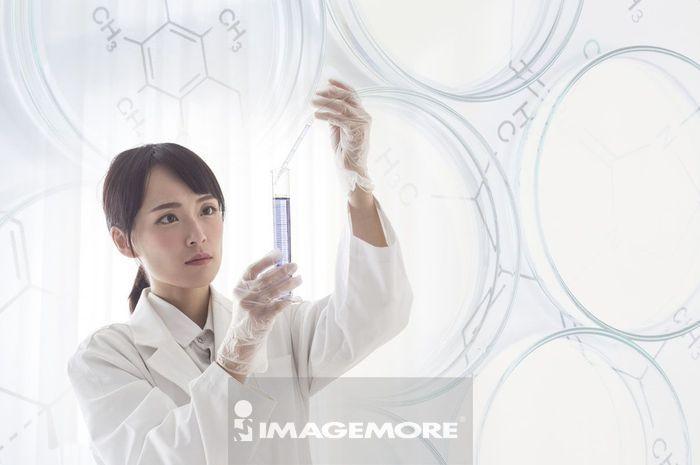 一位女性科学家在做科学实验