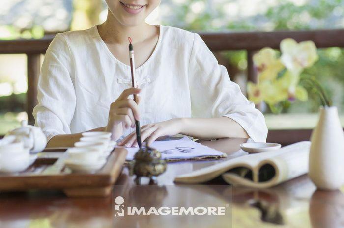 年轻女人写书法