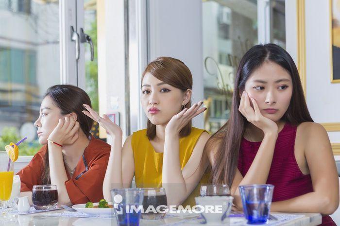 年轻女性在咖啡厅吵架