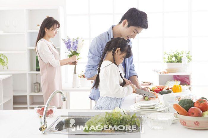 小家庭在厨房烹饪