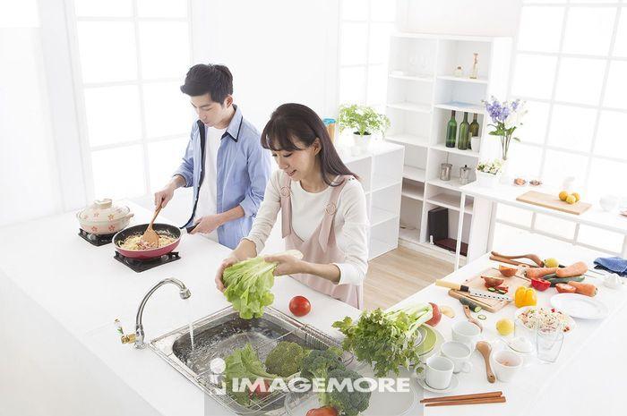 新婚夫妻在厨房烹饪
