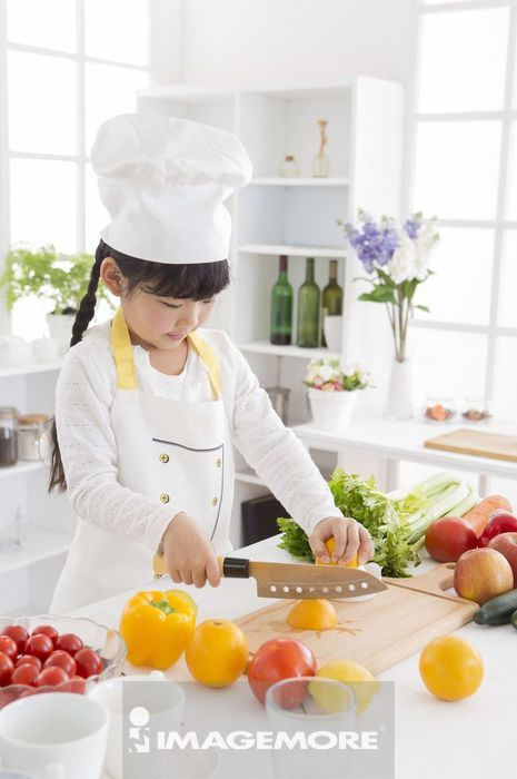 女孩在厨房切柳橙