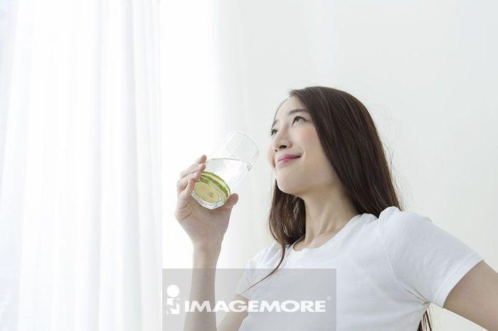 女性,喝,柠檬水,