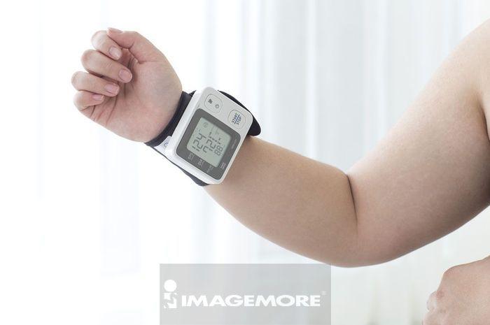女性,肥胖,量血压,