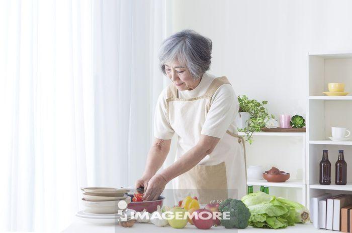 老年女人,厨房,