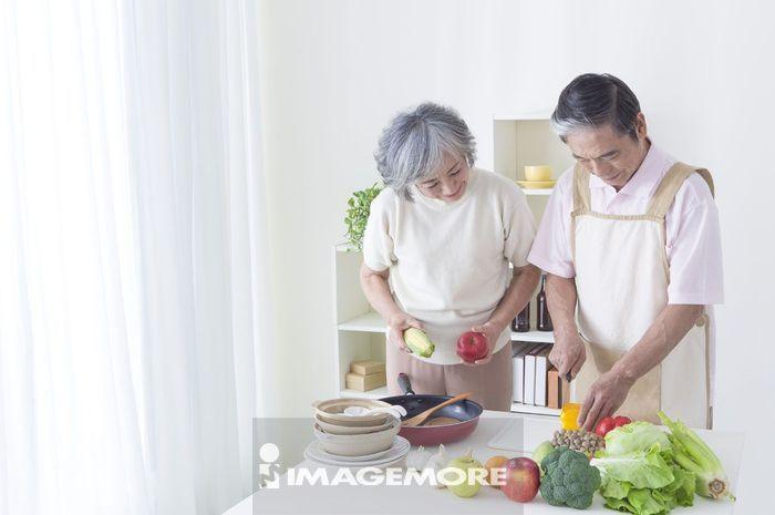 老年夫妻,厨房,