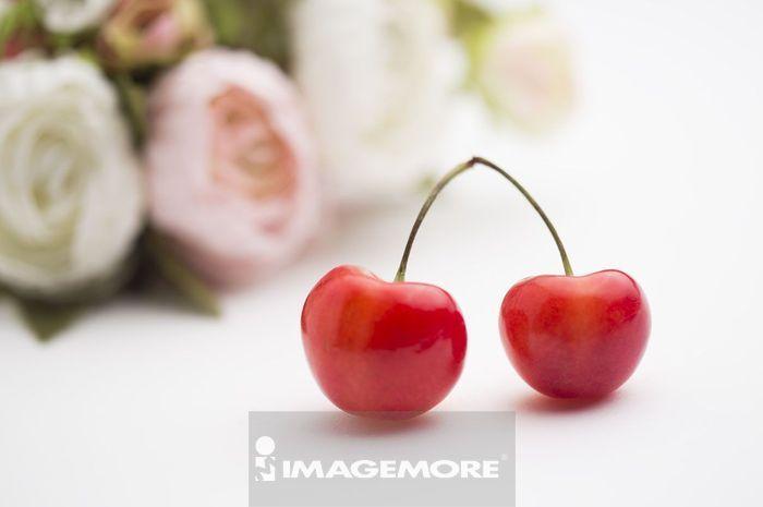 樱桃后面有一束玫瑰花