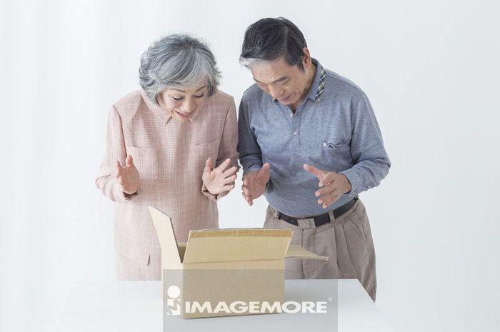 老年夫妻,礼物,惊喜,