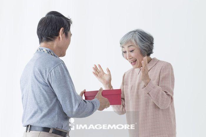 老年夫妻,送礼,惊喜,