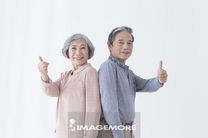 老年夫妻,竖起大拇指,赞赏,