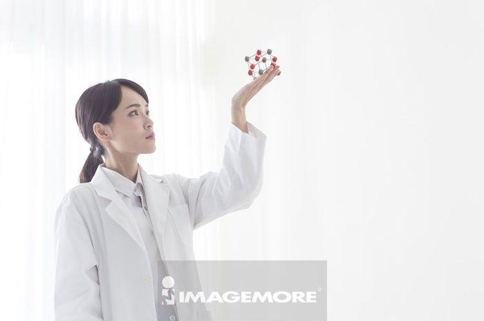 一位女性科学家在做基因研究