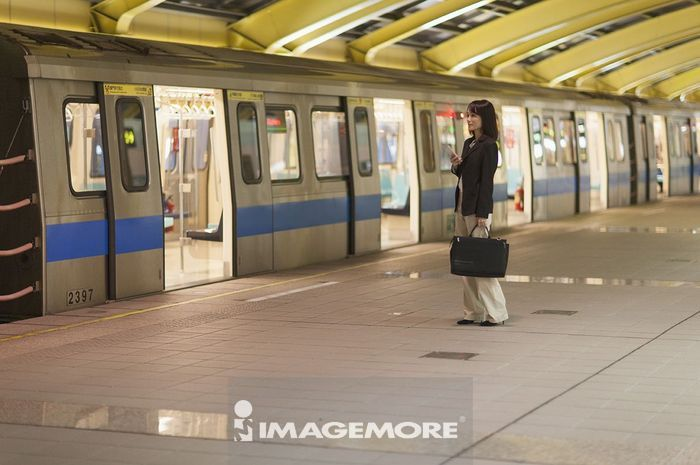 一位办公女性在等捷运