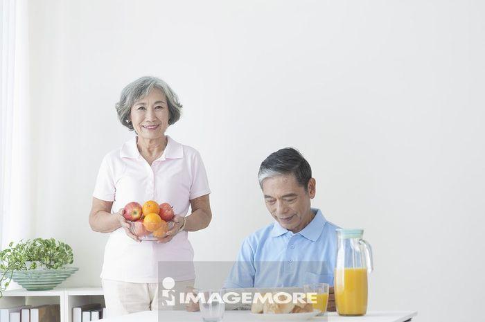老年夫妻在客厅吃早餐