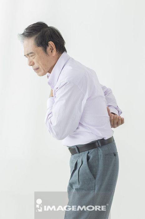 老年男人腰酸背痛