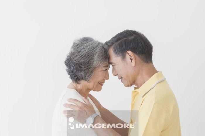 老年夫妻额头靠额头