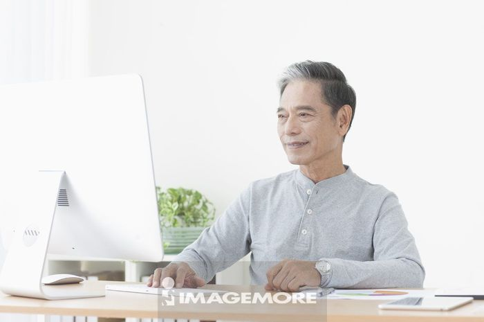 老年男人规划退休理财