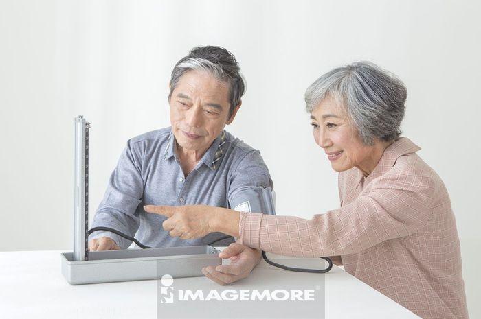 老年夫妻在测量血压