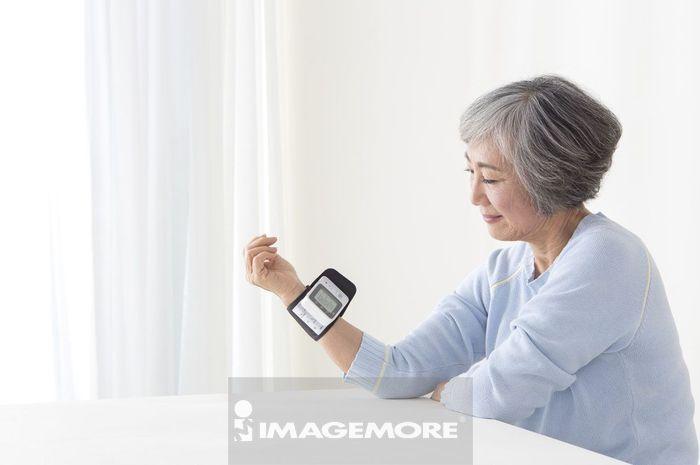 老年女人自己测量血压