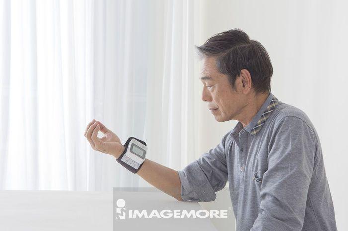 老年男人自己测量血压